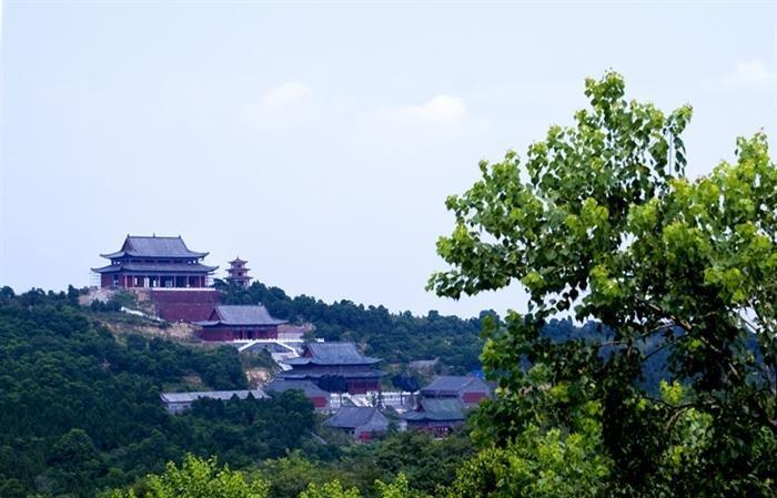 艾山风景区坐落在胶州市洋河镇,张应镇交汇处,距市中心20公里,由艾山