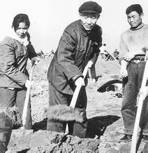 1980年在七机部某基地视察,参加植树活