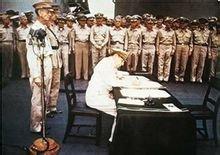 麦克阿瑟在《日本无条件投降书》上签字