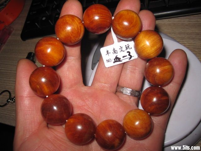 血龙木主要用于工艺品生产,经常出现的形式有佛珠,佛像,手镯等.